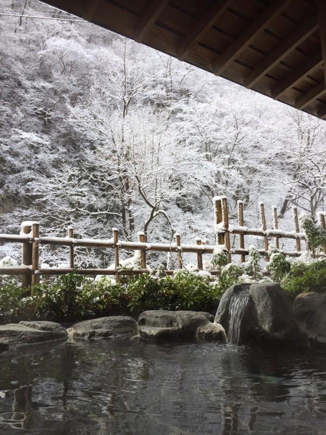2018.12.9熱海荘 男露天風呂から五百川渓谷を望む初雪